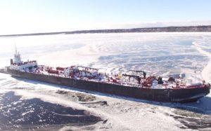 Грузовой корабль окружён льдом